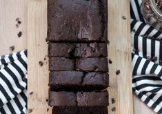 This easy recipe packs in the chocolate without sacrificing nutrition. Kodiak Cakes Double Dark Chocolate Muffin mix gives this banana bread its dark chocolate taste with a nutritional balance of protein and whole grains. Healthy Desserts, Just Desserts, Delicious Desserts, Dessert Recipes, Yummy Food, Dinner Recipes, Kodiak Cakes, Chocolate Banana Bread, Banana Bread Recipes