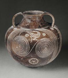 Amphore à décor incisé : spirales et oiseaux Vers 700 - 680 avant J.-C. Production : Étrurie méridionale Impasto - Etrurie | Site officiel du musée du Louvre