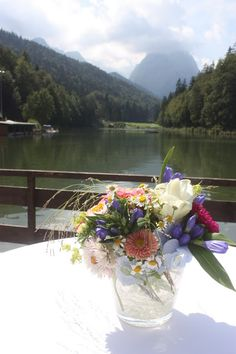 Hochzeitsempfang Heiraten in Bayern, Hochzeit in den Bergen von Garmisch-Partenkirchen, Riessersee Hotel - getting married in Bavaria, Bavarian style wedding, dunkelblau und bunte Wiesenblumen