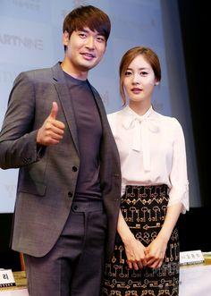 韓国・ソウル(Seoul)のアートナイン(Art Nine)で行われた、第6回ソウル国際超短編映画祭(Seoul international Extreme-Short Image & Film Festival、SESIFF)の記者会見に臨む、女優のソン・ユリ(Sung Yu-Ri、右)と俳優のチョン・ギョウン(Jung Gyu-Woon、2014年8月29日撮影)。(c)STARNEWS ▼5Sep2014AFP 第6回ソウル国際超短編映画祭、記者会見開催 http://www.afpbb.com/articles/-/3024861 #Sung_Yu_Ri #Jung_Gyu_Woon
