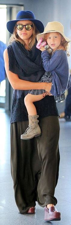 Who made  Jessica Alba's blue hat and black lace print top?