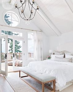 15 dreamy master suites 2019 Lots of light high ceilings (love that chandelier) topped off by a great view! Liked @ Homescapes Home Staging www.homescapes-sd The post 15 dreamy master suites 2019 appeared first on Bedroom ideas. Home Staging, End Of Bed Bench, Bench Seat, Coastal Bedrooms, Bedroom Modern, Trendy Bedroom, Modern Bedding, Coastal Master Bedroom, Bedroom Small
