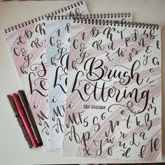 Gotowy zestaw zeszytów do nauki kreatywnego pisania/rysowania liter. Zamawiasz, dostajesz, odpakowujesz i masz już wszystko, czego potrzebujesz. Zrób sobie kawę lub herbatę, potrzebujesz trochę miejsca na biurku lub stole. Jest to idealny zestaw na prezent, na start z przygodą z Letteringiem. W zestawie Brush Lettering podstawy + rozszerzenie wiedzy o Bounce Lettering oraz Flourish Lettering. Poznaj zasady i baw się literkami. Odpręż się i działaj! #lettering #brushlettering #brushcalligraphy