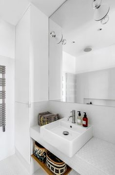 Mélange de styles dans ce 36 m2 : salle de bains immaculée et paniers ethniques