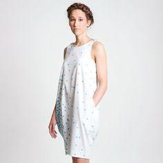 Das Kleid ist ein einfacher Schnitt für ein Ballonkleid mit Tank-Top-Oberteil und zwei Seitennahttaschen. In das Kleid Suse kann man durch das Halsloch schlüpfen, die Knöpfe an den Trägern sind Zierknöpfe. Das Kleid Suse ist einfach zu nähen.  Achtung: Das Kleid Suse eignet sich durch den bauchigen Rock nicht so gut für kurze Körpergrößen bzw. müsste hierfür angepasst werden.   Du erhältst das Schnittmuster und eine Nähanleitung.