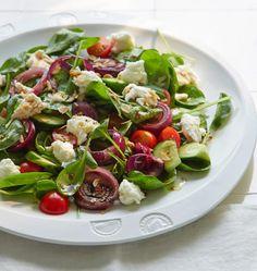 Angenehm fruchtige Säure: Orangen-Vinaigrette zum Salat aus roten Zwiebeln, Tomaten, Mozzarella und gerösteten Mandelblättchen.