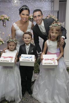 Caixa para lembrança daminha/pajem em mdf personalizada na cor branca com fita de cetim e laço (cor a sua escolha) com o nome da daminha ou pajem em mdf cru (sem tinta) e bonequinho (a) em gesso (enviar por e-mail a cor do cabelo do bonequinho(a). Dentro da caixa contém: 1 caixinha de massinha ... Wedding Vows, Wedding Dresses, Pearl Crafts, Candy Boutique, Marriage Goals, Flower Girl Dresses, Lily, Bridesmaid, Couples
