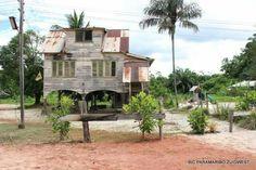 Authentiek Surinaams huis te Kwakoe Gron-juli 2016 Het dorp is van uit Paramaribo binnen twee uren met de auto te bereiken via de weg naar Saron. Het eerste dat opvalt bij aankomst in het dorp is de unieke bouwstijl van de woningen. Het zijn namelijk historische panden die vanwege slecht onderhoud in een slechte staat verkeren. Naast  de historische aanblik van de woningen straalt het dorp een vreedzame rust uit die zeker door toeristen gewaardeerd zal worden. Ook de oever van de…
