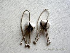 Orecchini in argento 925 fiore bocciolo corolla bud- orecchino forgiato a mano-gioiello in serie limitata-spedizione gratuita di Petrahandmadejewelry su Etsy