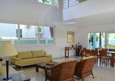 A porta de entrada conduz para a sala principal, que conta com dois ambientes bem integrados: o living room e o jantar. As amplas janelas e o pé direito duplo garantem ótima iluminação natural e arejamento da residência durante todo o dia.