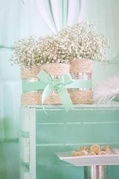 Latas decoradas: 70 ideias legais para o lar - allerlei Selbstgemachtes - Baby Baptism, Christening, Baptism Ideas, Baptism Favors, Baptism Decorations, Wedding Decorations, Baptism Centerpieces, Balloon Decorations, Tin Can Crafts