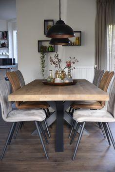 Combinatie van hippe eetkamerstoelen Living Room And Kitchen Design, Dining Room Design, Home And Living, Diy Home Decor, Room Decor, Dining Table, Kitchen Tables, Decoration, Sweet Home