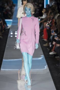 The complete Moschino Fall 2018 Ready-to-Wear fashion show now on Vogue Runway. Space Fashion, Fashion Week, Runway Fashion, Fashion Outfits, Fashion Design, Fall Fashion, Moschino, Weird Fashion, High Fashion
