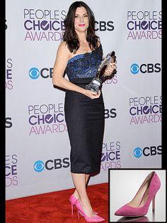 SANDRA BULLOCK    Nos encantan los zapatos Jimmy Choo en gamuza color fucsia que la actriz lució en la alfombra de los People's Choice Awards. Pero, su precio de $575 no es apto para todo bolsillo. Éstos Guess son igualitos y cuestan muchísimo menos. Ahora están rebajados a $49.98.