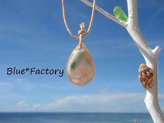 石垣島の海で採れた夜光貝のアクセサリー。海のしずくをイメージしたまんまるなドロップ型です。真珠のような天然の美しい光沢をお楽しみいただけます。夜光貝は真珠層の...|ハンドメイド、手作り、手仕事品の通販・販売・購入ならCreema。