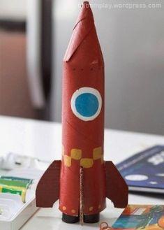 Сделать поделку ракету с ребенком можно из рулона от бумажных полотенец и куска картона.