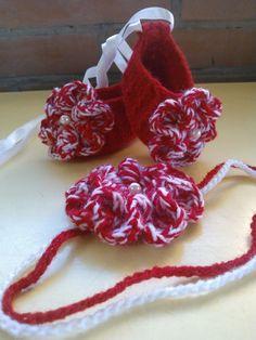 Sapatilha e flor para o cabelo em crochê... para fazer conjunto com o vestido vermelho