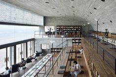 Wenn sich die Haut vom vielen Sonnenbaden rötlich färbt, dann findet man in dieser Bibliothek am Strand ein schattiges Plätzchen.