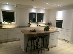 Fra gammelt til nyt - se det her! Open Plan Kitchen, New Kitchen, Kitchen Cabinet Design, Kitchen Cabinets, Diy Wooden Projects, White Kitchen Decor, Design Moderne, Cuisines Design, Kitchen Organization