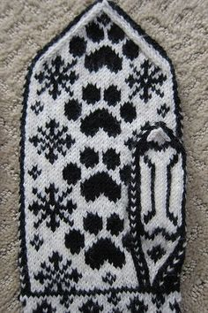 Both front and palm have same design. Mittens Pattern, Knit Mittens, Knitted Gloves, Knitting Socks, Hand Knitting, Knitting Charts, Knitting Patterns, Knitting Projects, Crochet Projects