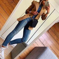 Denim & Camel 🍂 veste(coactuelle)/jean(old)chemise(coactuelle) sac baskets ceinture Look Blazer, Blazer With Jeans, Celine, Latest Outfits, Mode Outfits, Jean Outfits, Style Année 80, Blazer Outfits Casual, Camel Outfits