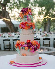 Inspiração para um casamento em rosa e laranja. #casamento #rosaelaranja #inspiracao #bolodosnoivos