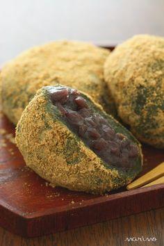 新年を迎えると特に、和菓子を食べたくなりますよね。なんと、レンジを使ってお手軽に大福を作ることができるのです!打ち粉代わりに使うきな粉が香ばしく、優しい甘さが温かい緑茶によく合いますよ◎^^