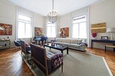 Najväčšia miestnosť bytu je zariadená tak, ako pred mnohými rokmi. Dokonca aj klavírne krídlo stojí na pôvodnom mieste. Rožná izba sa oknami pozerá dvoma smermi na pešiu zónu.
