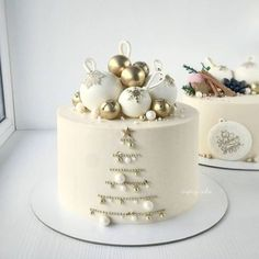 A beautiful winter cake combining . Christmas Cake Designs, Christmas Cake Decorations, Christmas Cupcakes, Christmas Sweets, Holiday Cakes, Christmas Baking, New Year Cake Decoration, Christmas Birthday Cake, Pretty Cakes