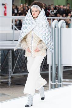 Sfilata Chanel Parigi - Collezioni Autunno Inverno 2017-18 - Vogue