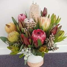 Banksia and protea flower arrangement in vase. Proteas are popular cut flowers and look amazing in vases and displays. Cut Flowers, Pretty Flowers, Silk Flowers, Australian Flowers, Australian Plants, Protea Flower, Floral Arrangements, Flower Arrangement, Floral Artwork