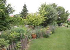 Idyllische Ambiente im Wein4tler Bauerngarten Parbus. Plants, Garden, Farmhouse Garden, Garten, Planters, Gardening, Outdoor, Home Landscaping, Plant