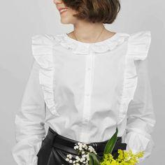 La souplesse du volume et la légèreté des volants rendent cette blouse idéale pour un look féminin et vaporeux ! Un joli col claudine à feston ou un col à froufrou à réaliser dans la même matière ou en galon brodé, un brin rétro. Un style affirmé grâce aux poignets boutonnés et aux bas de manches froncées. Ce patron offre deux versions de cols. #prettypatron #prettymercerie #blouseeulalie #mercerieenligne #tissu #sewingpattern #patrondecouture Pretty Mercerie, Look Chic, Ruffle Blouse, Tops, Marie Claire, Women, Brin, Blouses, Style