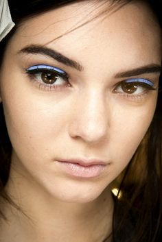 Blue leather eyeliner on Kendall Jenner at Fendi Spring 2015 Ready–to–Wear. Kendall Jenner Maquillaje, Kendall Jenner Makeup, Kylie Jenner Style, Runway Makeup, Beauty Makeup, Hair Makeup, Hair Beauty, Makeup Style, Beauty Style