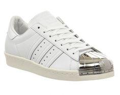 super popular 35751 4a53b Weiße Turnschuhe reinigen  Mit diesen 4 genialen Tricks sehen eure Sneaker  wieder aus wie neu! Adidas Superstar ...