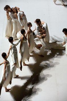 Sasha Waltz, Roméo et Juliette, Dancers of the Paris Opera Ballet. Photo by Bernt Uhlig.