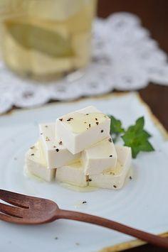 安くておいしくていろんな料理にも使える、コスパ最高なお豆腐。「ピクルス」にすると、さっぱりおいしくアレンジがきいて便利なんです!じっくり漬け込む時間だけは必要ですが、作業そのものはとても簡単。さわやかな柚子胡椒風味のレシピ、ぜひ一度お試しください♪ (2ページ目)