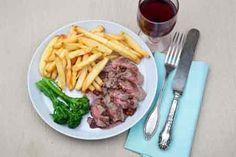 Rundspin, roze peper en frieten, een niet vaak voorkomend stuk rundvlees met een rode wijnsaus met roze peper en frieten