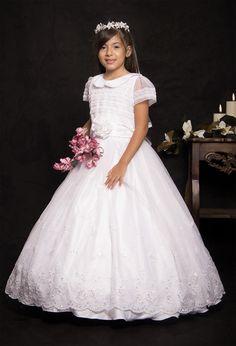 REF. 14-34 Vestido de primera comunión entero con cuello de bebé, lleva mangas en trasparencia con franja en encaje, en la parte inferior de la falda tiene unos delicados bordados en flores.  Incluye corona.
