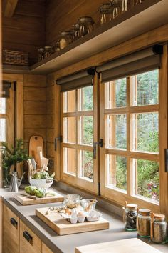 Las ventanas son clave The decoration of our home is like an exhibit space that reveals each of our tastes and design ideas therefore we natura. Cabin Interiors, Rustic Interiors, Rustic Home Design, Rustic Homes, Küchen Design, Interior Design, Log Homes, Barn Homes, Rustic Kitchen