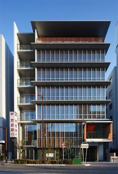 京都銀行茨木ビル | 竹中工務店 Office Building Architecture, Building Exterior, Facade Architecture, Contemporary Architecture, Glass Building, Building Design, Wooden Facade, Small Buildings, Suzhou