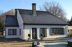 Op 1254m². Living m inbouwhaard, inger kkn, wintertuin, 2 Slpk, badk. Zolder 120m².(Geschikt vr uitbr) Gar vr 2 wagen en extra bijgebouw.  Ref. 3311