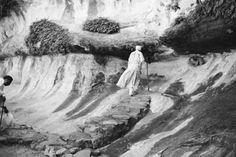 Avec un choix de plus de 200 images (photographies et diaporamas), des textes et des documents, cette rétrospective consacrée à Santu Mofokeng propose, pour la première fois en Europe, une sélection sans précédent des essais photographiques qu'il a réalisés ces trente dernières années.  Les essais de Mofokeng (dont certains, toujours en cours, l'occupent depuis de nombreuses années) donnent à voir successivement le Soweto de sa jeunesse, ses études sur la vie quotidienne dans les fermes et…