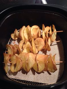 Aardappels snijden met een zg spiraalsnijder. Half uurtje weken, dan aan de saté prikker en 12 minuten op 180 gr.