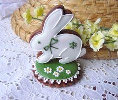 Velikonoční stojánek - Easter Bunny Perníkovýstojánek s velikonočním zajíčkem krásně doplní vaši výzdobu, nebo potěší jako milý dárek. Pouze pro osobní odběr. Každý kousek je ručně zdobený perníček ve velikosti cca 8-9cm. Atlasová mašlička a balení do celofánu je již zahrnuto v ceně. Minimální odběr barevně glazovaných perníčků je 5ks od jedné barvy ...