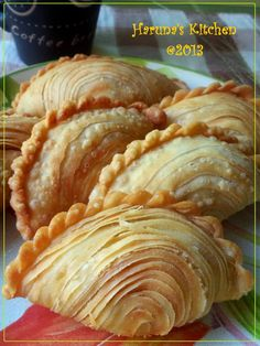 Spiral Curry Puffs (Karipap Pusing) dengan Step by Step Pembuatannya Donut Recipes, Snack Recipes, Cooking Recipes, Curry Puff Recipe, Bite Size Appetizers, Puff Pastry Recipes, Malaysian Food, Asian Desserts, Empanadas