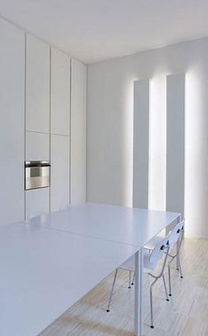 Project in Piacenza by Simone Subitoni & Silvia Bles, lighting by Davide Groppi _ Hidden Lighting, Cove Lighting, Linear Lighting, Lighting Design, Lighting System, Modern Spaces, Mid-century Modern, Luz Natural, Minimal Kitchen
