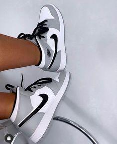 Cute Nike Shoes, Cute Nikes, Nike Air Shoes, Nike Socks, Nike Sweatpants, Outfit With Nike Shoes, Nike Slippers, Black Nike Shoes, Black And White Shoes