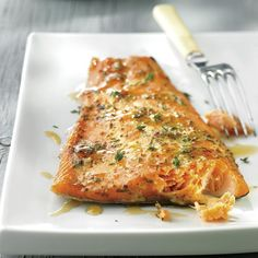 Truite fumée au sirop d'érable et à la moutarde | .coupdepouce.com Salmon Recipes, Fish Recipes, Seafood Recipes, Healthy Recipes, Smoker Recipes, Healthy Food, Confort Food, Salty Foods, Everyday Food