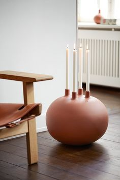 The largest designer candle holders can be placed on the hallway floor to add soul and warmth – or they can provide a beautiful decoration on a wooden table, or serve as a contemporary advent wreath. Ceramic Pottery, Ceramic Art, Keramik Design, Verre Design, Ceramic Candle Holders, Modern Candle Holders, Advent Wreath, Pottery Designs, Modern Ceramics